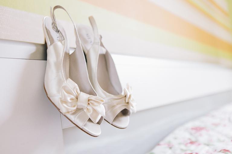 Bild zeigt die Brautschuhe auf einem Bett