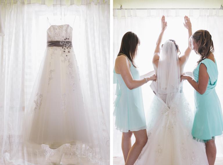 Bild von der Brautwerdung, wie zwei Brautjungfern der Braut in das Kleid helfen