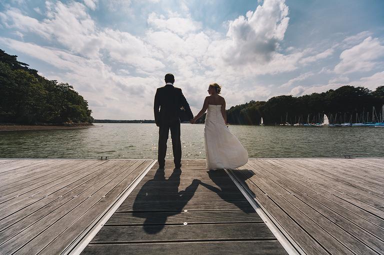 Bild zeigt ein Brautpaar auf einem Steg am Halterner Stausee