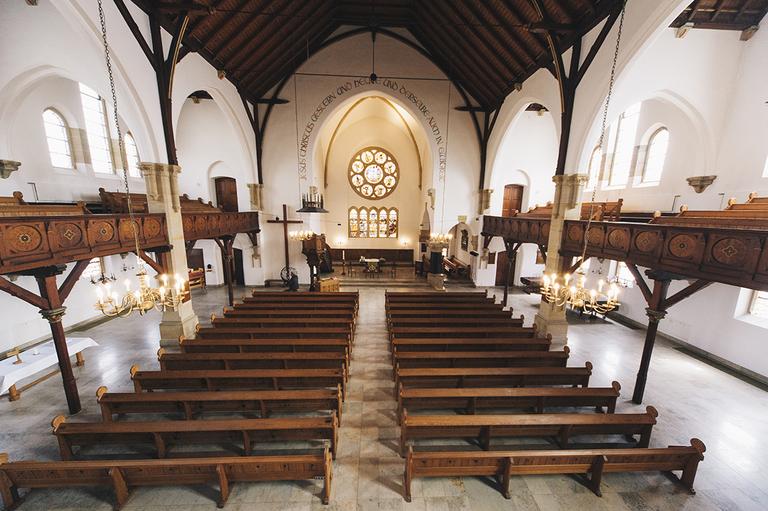 Bild zeigt die leere Evangelische Stadtkirche in Gronau vor der Trauung von Lena und Marco