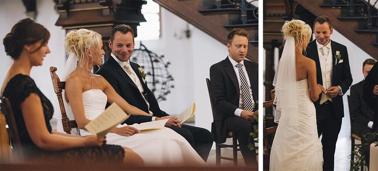 Bilder zeigen das Brautpaar während der Trauung in der Kirche wie es sich verliebt ansieht