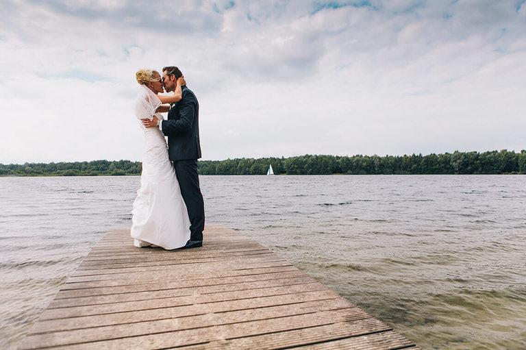 Bild von Marco und Lena auf einem Steg wie sie sich küssen