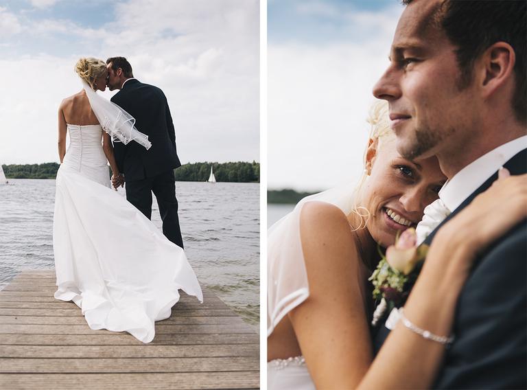 Bilder zeigen das Brautpaar auf einem Steg am See während des Brautpaarshootings