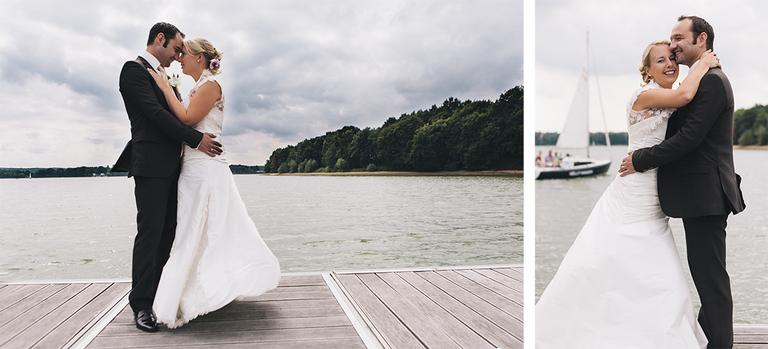 Bild zeigt ein Brautpaar am Halterner Stausee mit einem Schiff im Hintergrund