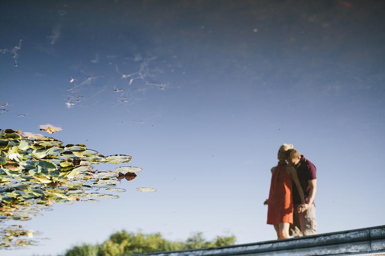 Bild zeigt wie sich ein Paar im Seerosenteich spiegelt