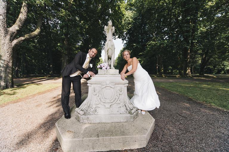 Brautpaar angelehnt an eine Figur im Schloßpark Nordkirchen