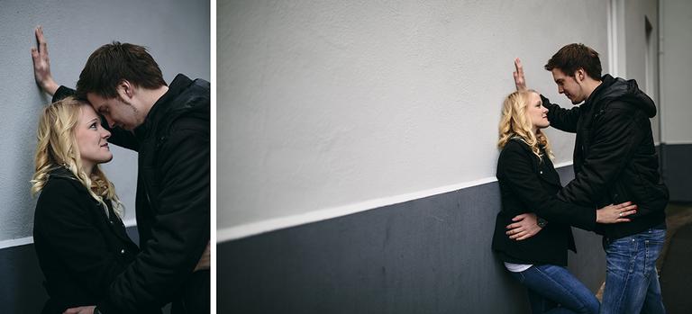 Bild von einem Paar, wie es sich verliebt an eine Mauer anlehnt und sich umarmt