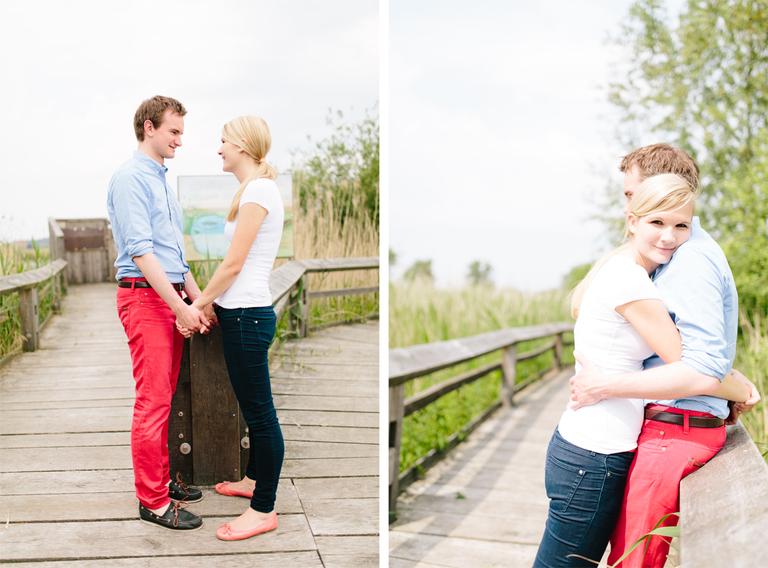 Bilder zeigen ein verliebtes Paar beim Paarshooting in den Rieselfeldern auf dem Steg