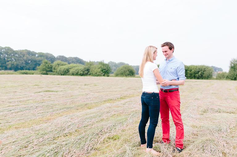 Bild zeigt ein verliebtes Paar auf einem frisch gemähtem Feld