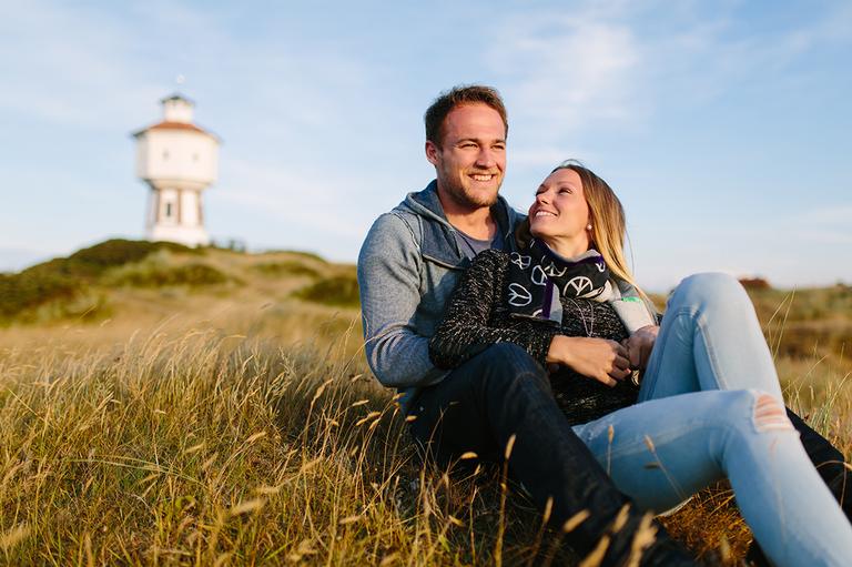 Bild von Alexandra und Pascal vor dem Wasserturm auf Langeoog