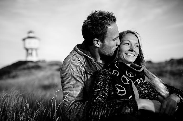 Bild vom Paarshooting mit Alexandra und Pascal vor dem Wasserturm auf Langeoog