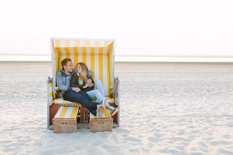 Bild von Alexandra und Pascal in einem Strandkorb am Strand von Langeoog