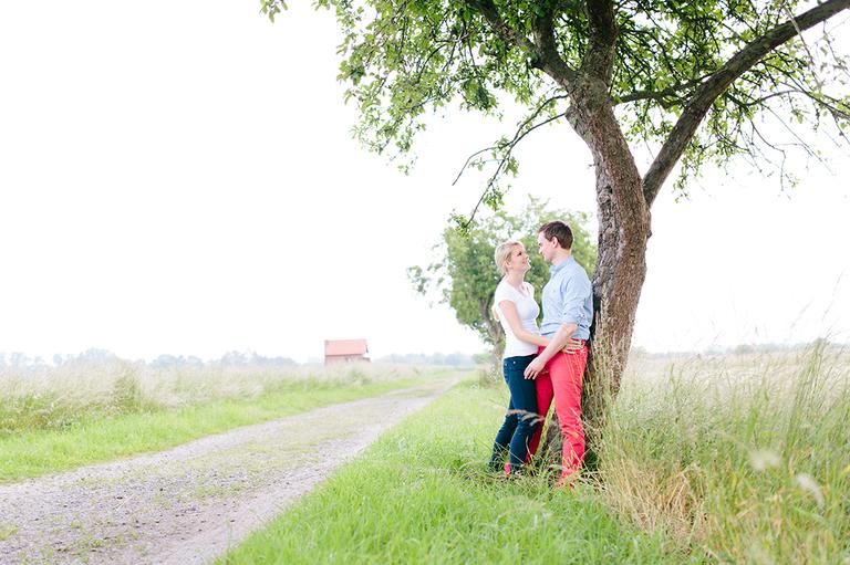 Bild zeigt ein verliebtes Paar unter einem Baum an einem Weg in den Rieselfeldern