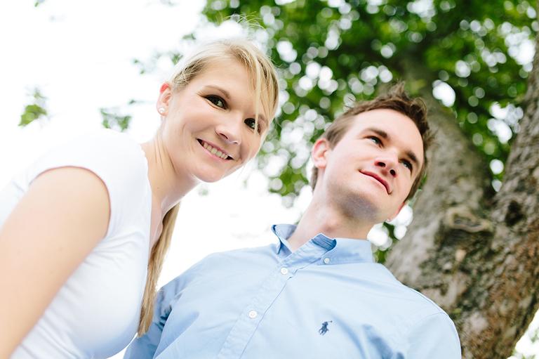 Nahaufnahme von einem Paar beim Paarshooting unter einem Baum