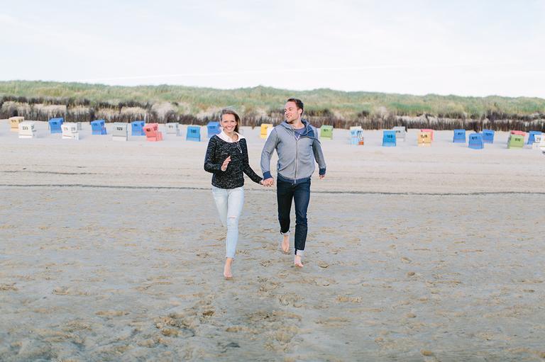 Alexandra und Pascal laufen auf diesem Bild am Strand von Langeoog