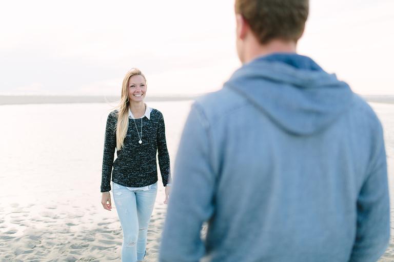 Alexandra schaut Ihren Freund Pascal an am Strand von Langeoog