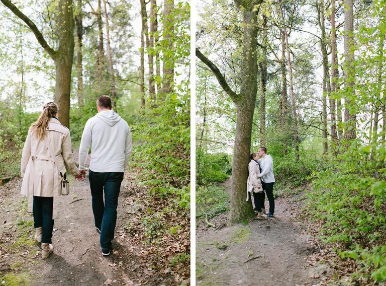 Pärchen beim Spaziergang und an einem Baum gelehnt