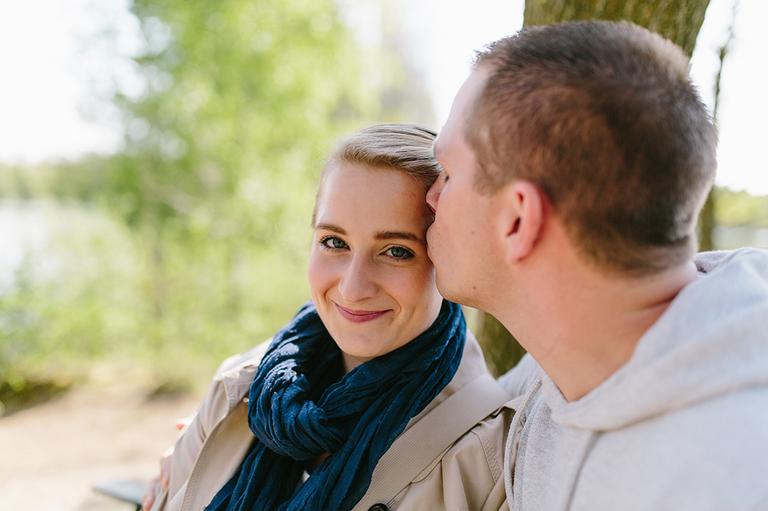 Bild zeigt ein verliebtes Paar vor einem Baum