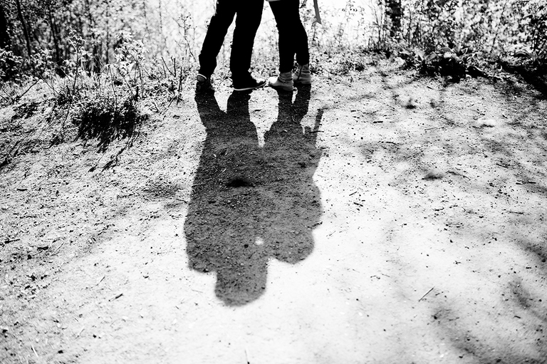 Schatten von einem Paar welches sich küsst