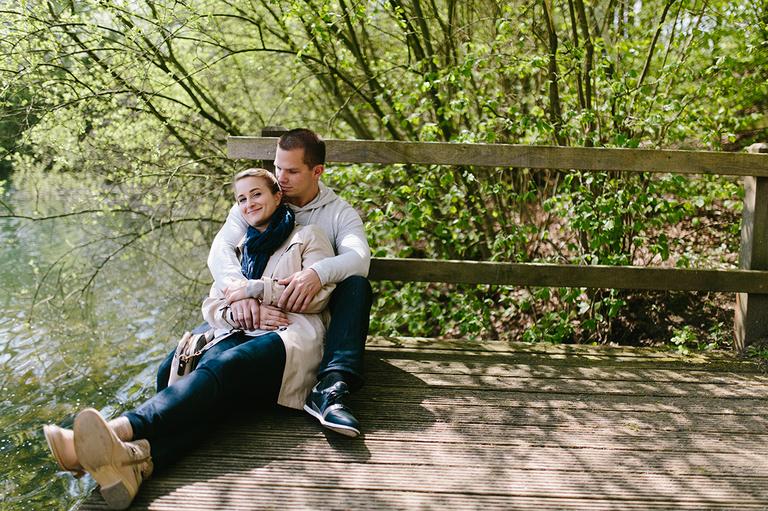 Paar sitzt auf einem Steg am See und träumt