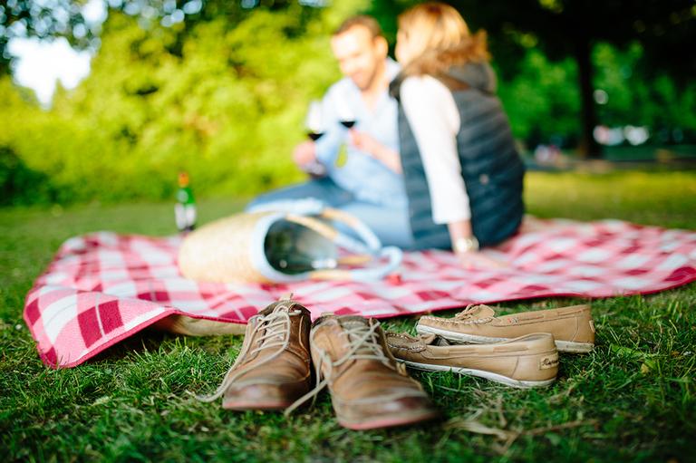 Paar sitzt verliebt auf einer Decke im Schlosspark Osnabrück