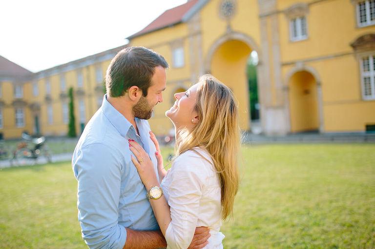 Paar umarmt sich auf dem Rasen im Innenhof vom Schloss Osnabrück