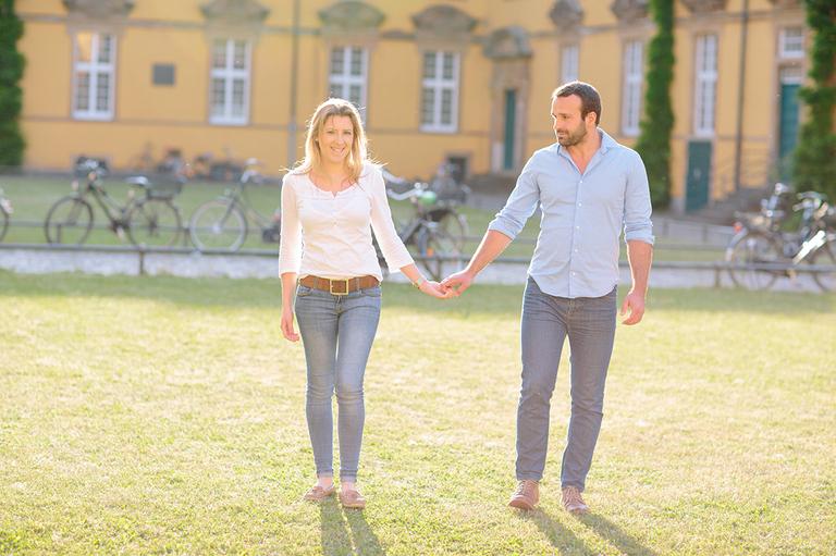 Paar geht Hand in Hand beim Paarshooting in Osnabrück am Schloss