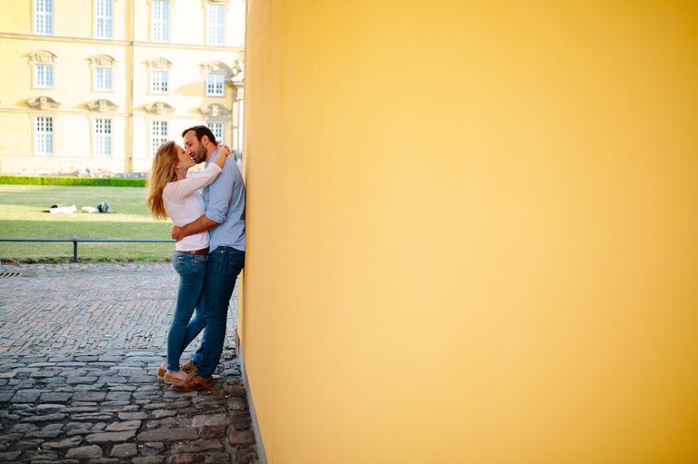 Verliebtes Paar küsst sich innig und lehnt sich an die Wand