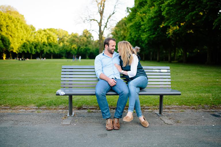 Verliebtes Paar sitzt auf einer Parkbank im Schlossgarten Osnabrück