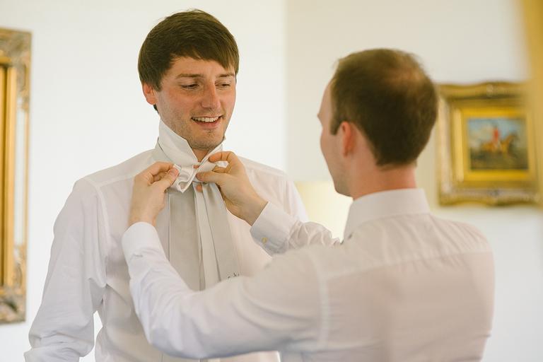 Bräutigam bekommt Krawatte umgebunden