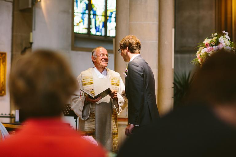 Bräutigam spricht mit Pfarrer