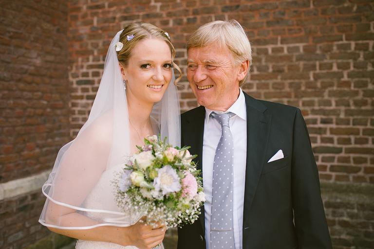 Brautvater und Braut kurz vor der Hochzeit