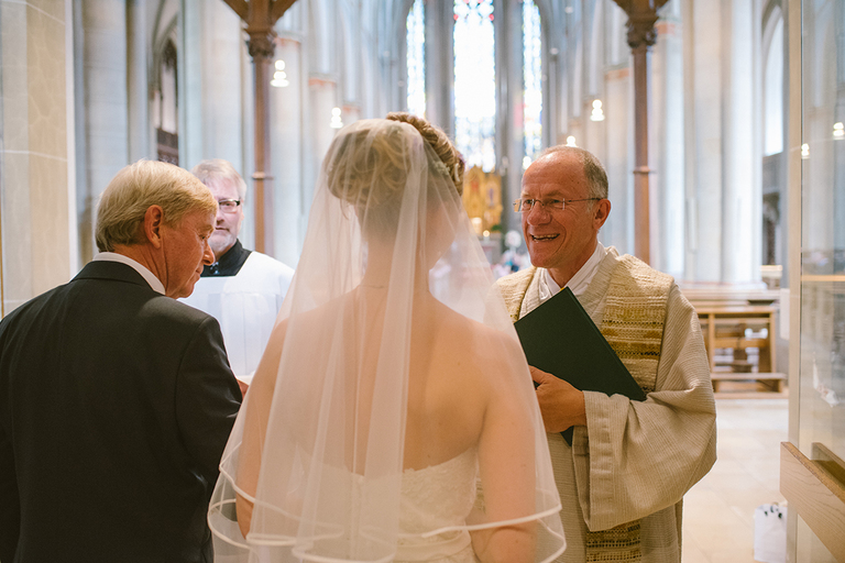 Pfarrer nimmt Braut und Brautvater in Empfang