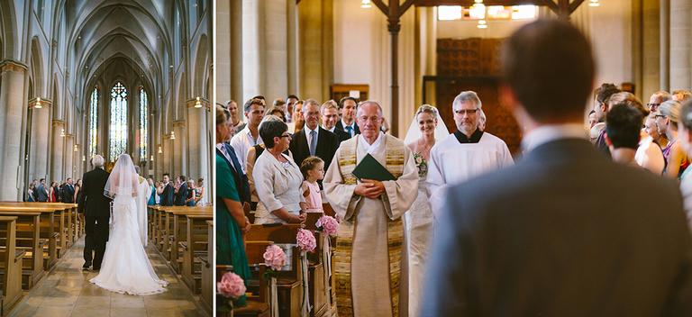 Braut und Bräutigam treffen in der Kirche aufeinander