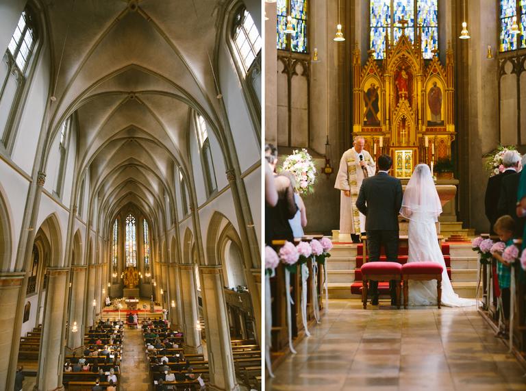 Braut und Bräutigam stehen vorne in der Kirche