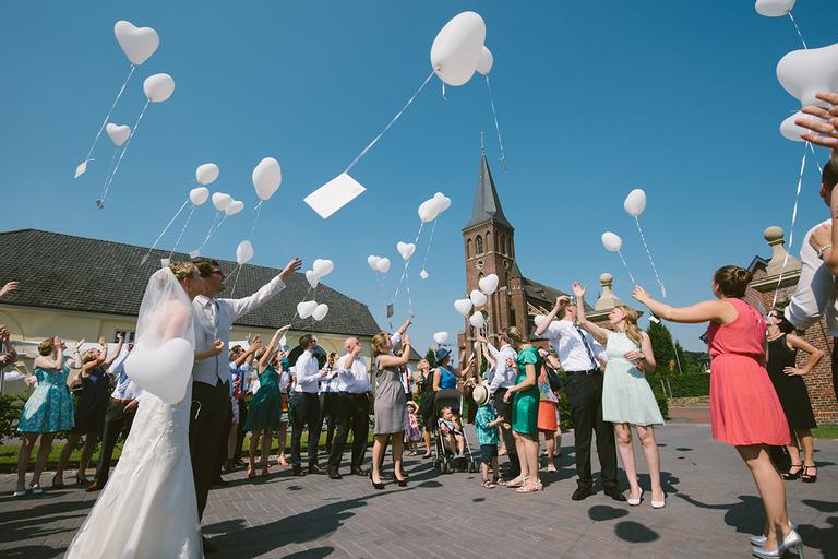 Brautpaar lässt Luftballons in den Himmel steigen