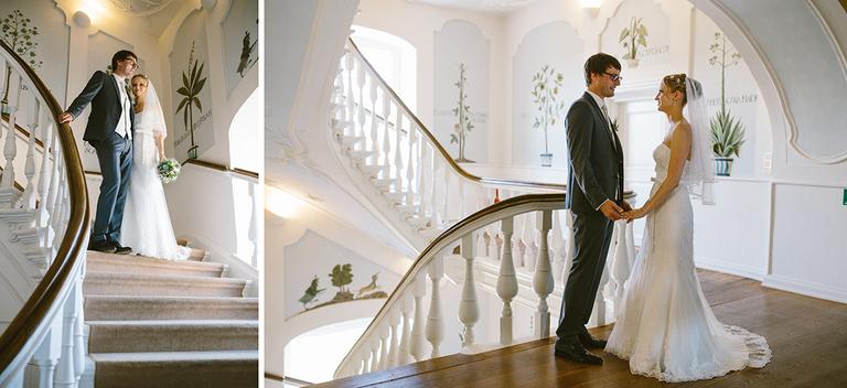 Brautpaar steht auf einer Treppe