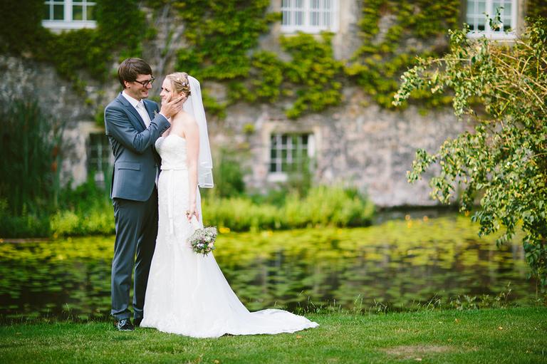 Brautpaar im Garten an einem Teich