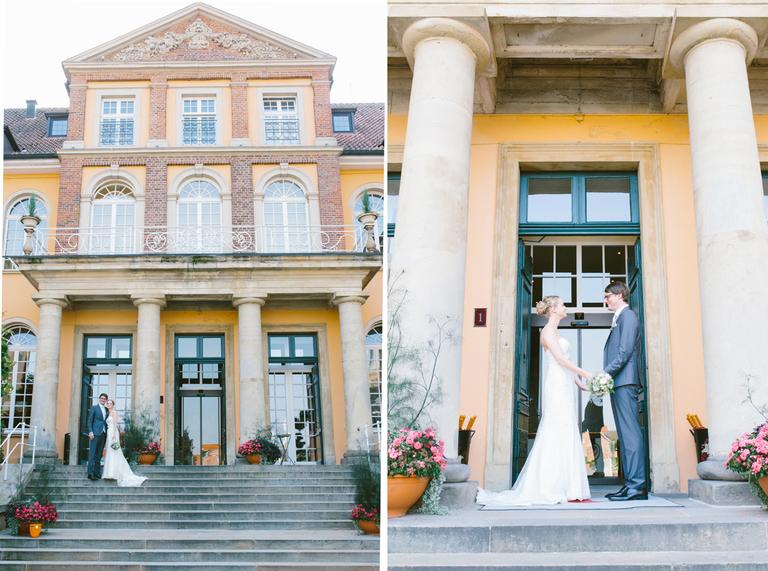 Brautpaar vor dem Eingang in ein Schloß