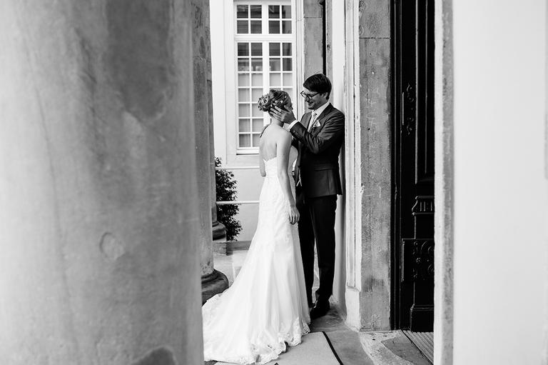 Brautpaar umarmt sich im Eingang
