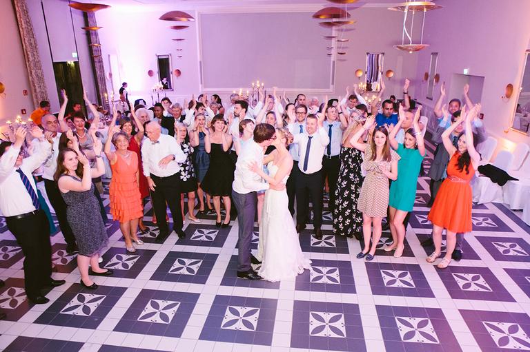 Brautpaar und Hochzeitsgesellschaft beim Eröffnungstanz