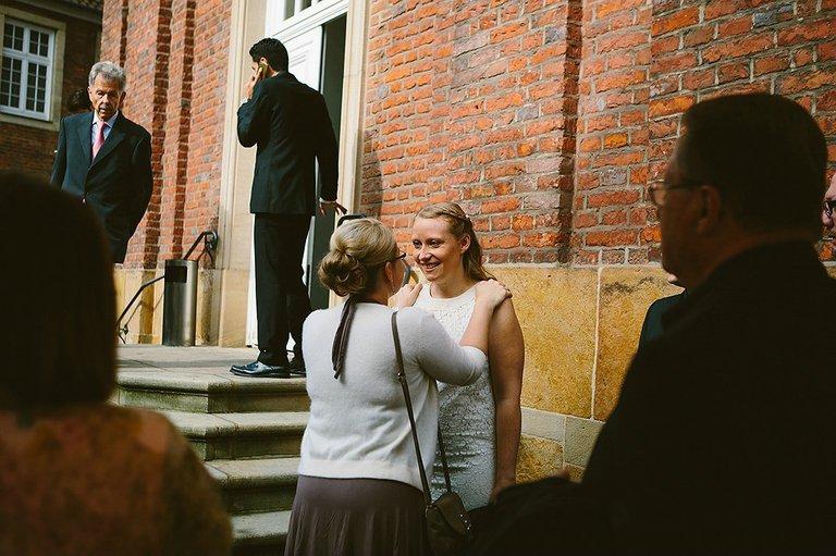 Schwester der Braut wünscht für die Trauung alles Gute