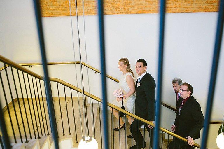 Brautpaar auf dem Weg zur Trauung