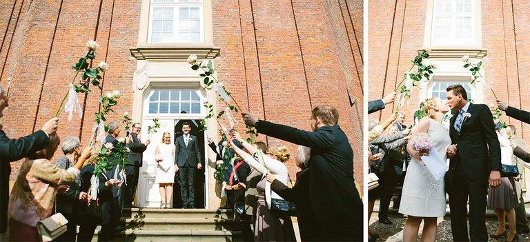Brautpaar verlässt das Standesamt Münster
