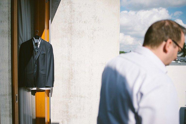 Sakko vom Bräutigam hängt auf dem Balkon