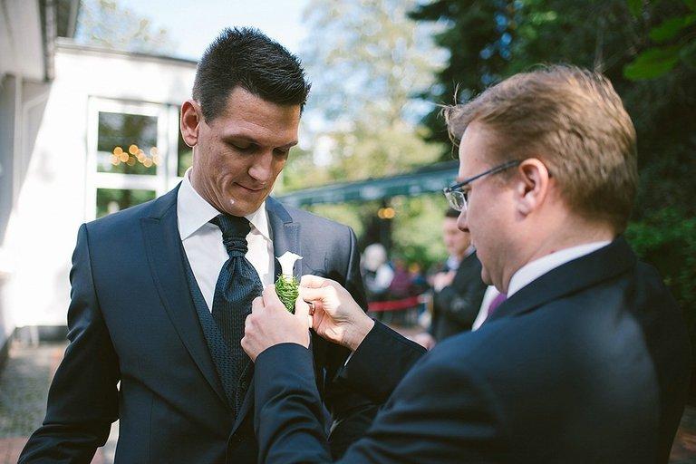 Bräutigam spricht mit dem Trauredner im Schlossgarten