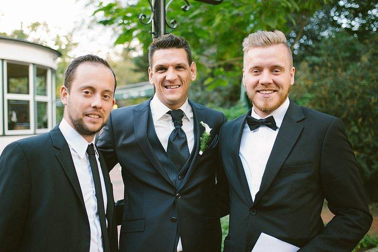 Bräutigam mit Freunden vor der Trauung