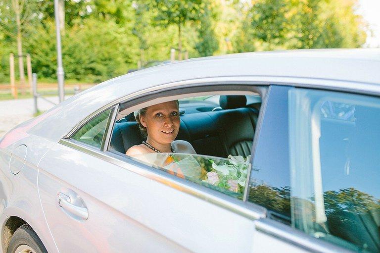 Braut kommt im Schlossgarten an