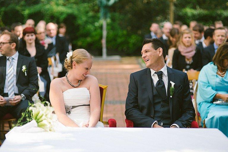 Brautpaar während der Freien Trauung im Schlossgarten