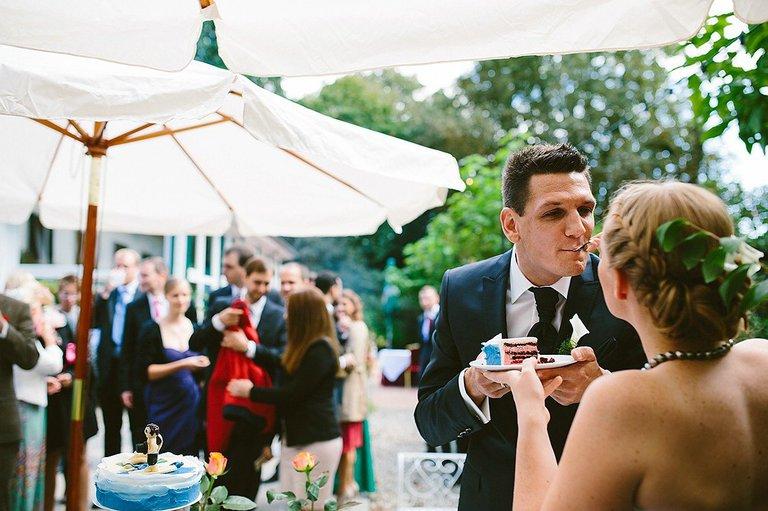 Brautpaar isst Hochzeitstorte